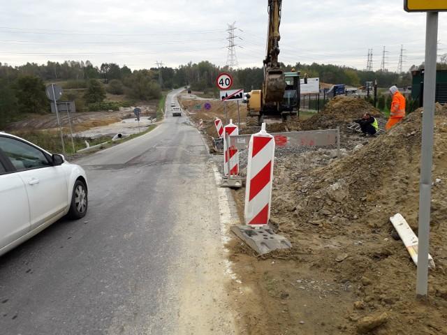 Termin zakończenia budowy ostatniego odcinka obwodnicy przesunie się o kilka miesięcy. Na zdj. budowa ronda w Rzozowie na skrzyżowaniu z drogą 953