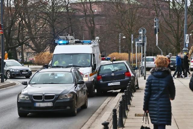Kierowca czarnego volkswagena golfa gdy zorientował się, że jedzie pod prąd, było już za późno