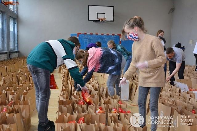 Kilkaset paczek przygotowanych zostało dla seniorów w całym Zagłębiu, w tym także w Dąbrowie Górniczej Zobacz kolejne zdjęcia/plansze. Przesuwaj zdjęcia w prawo - naciśnij strzałkę lub przycisk NASTĘPNE