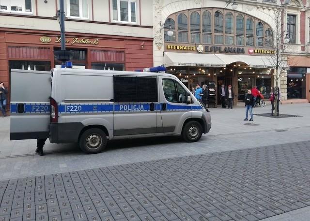 Do ogromnego zamieszania doszło w niedzielę ok. godz. 17 na ul. Piotrkowskiej, przed Esplanadą, gdy w lokalu interweniowała straż pożarna.