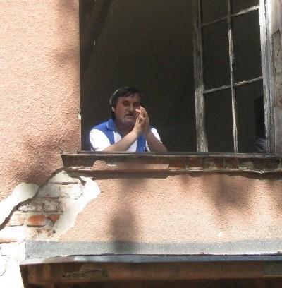 - Te okna mają ponad 40 lat! - mówi Marian Ksepka z bloku przy Rządowej 10. - Pokruszony kit w wielu miejscach odpadł już od szyb. Ramy próchnieją. W końcu zaczną wypadać same szyby.