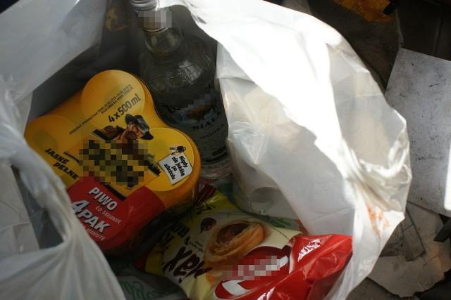 Mężczyzna ukradł 2 butelki wódki i piwo oraz artykuły spożywcze o łącznej wartości ponad 80 złotych