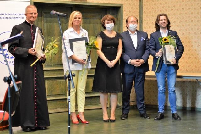 Na zdjęciu wśród laureatów konkursu Radosław Cichański, pierwszy po prawej