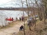 Strażacy w Katowicach szukają zaginionego w stawie Morawa. Na brzegu zostały tylko ubrania
