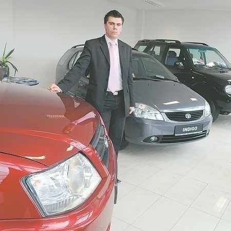 Mariusz Kapuściński przy modelach (od lewej) xenon, indigo i saffari. Najtańszy model indigo z silnikiem 1,4 kosztuje od 27 tys. do 32 tys. zł brutto