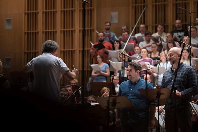 """Orkiestra i chór OiFP nagrywały """"Missa pro pace"""" Wojciecha Kilara. Od prawej: Rafał Siwek – bas, Paweł Brożek – tenor."""