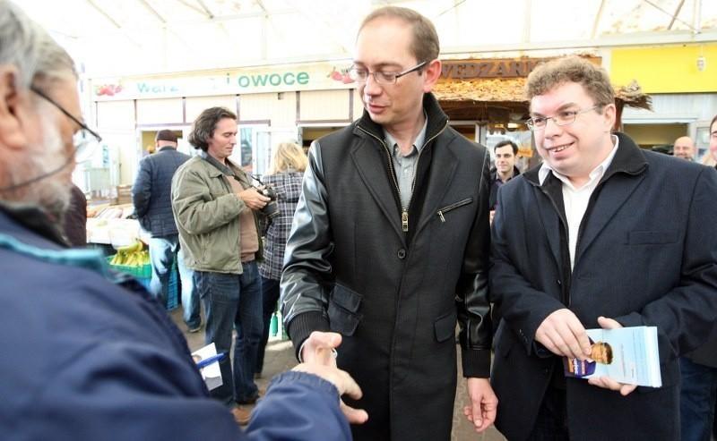 Kandydat PO rozdawał jabłka na rynku na Pogodnie