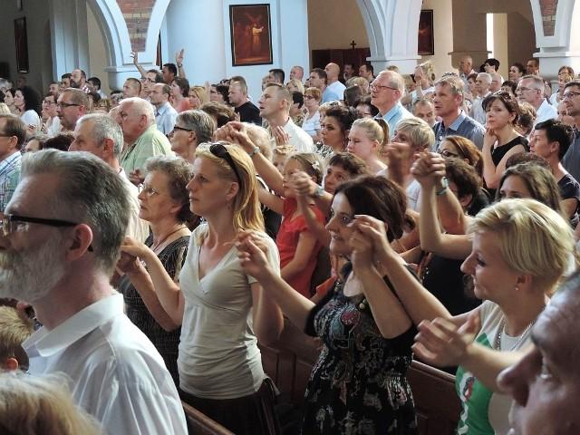 John Baptist Bashobora w InowrocławiuKościół św. Jadwigi Królowej w Inowrocławiu zapełnia się bardzo szybko. Na godzinę przed mszą świętą wszystkie miejsca siedzące w największej inowrocławskiej świątyni są już zajęte. Kolejne osoby wchodzą ze swoimi krzesełkami. Rozkładają karimaty, siadają na podłodze. Czekają na przybycie ojca Johna Baptista Bashobora.