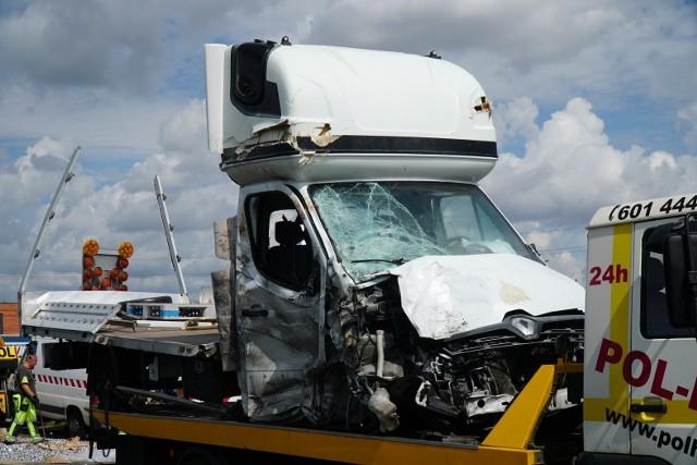 Do tragicznego wypadku na S11 w rejonie Kórnika doszło w czwartek rano, około godz. 6. Bus wjechał w ekipę drogowców, która przygotowywała się do pracy przy remoncie nawierzchni.Przejdź do kolejnego zdjęcia --->