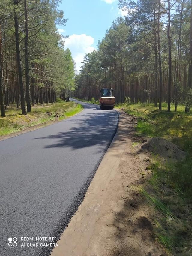 Trwają prace przy modernizacji drogi Kiedrowice – Budy (gm. Lipnica). 5-kilometrowy odcinek zyskuje nową nawierzchnię asfaltową oraz utwardzone pobocze.