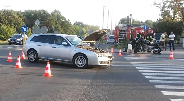 Wypadek osobówki z motocyklistą w Mniszku w Grudziądzu.