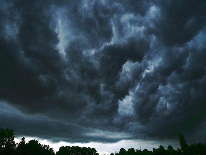Znalezione obrazy dla zapytania burza nadciąga nad las