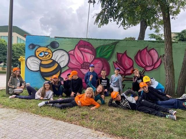 Tak wyglądają murale na murku przy kinie Bajka w Kluczborku.
