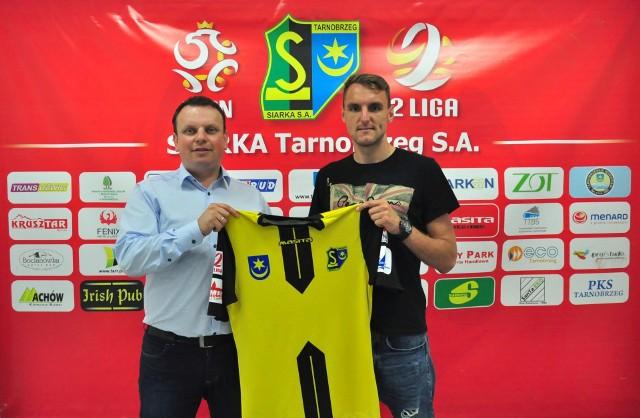Mateusz Broź (z prawej) tuż po podpisaniu umowy na grę w Siarce Tarnobrzeg. Z lewej prezes Spółki Akcyjnej Siarka Dariusz Dziedzic.