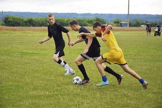 Drużyny rywalizowały, ale też bardzo dobrze się bawiły podczas turnieju piłkarskiego w Szaradowie