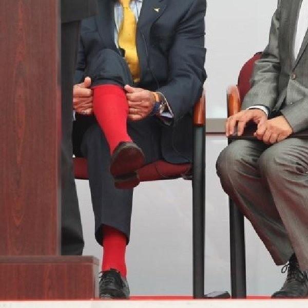 Na zdjęciu chodzi oczywiście o gentlemana w żółtym krawacie, siedzącego po lewej stronie prezesa Targów Kielce, Andrzeja Mochonia. fot. D. Lukasik