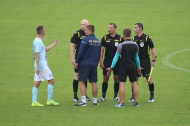 Zaraz po meczu. Trener Szymon Szydełko (tyłem, niebieskie rękawki) dyskutuje z sędziami na temat sytuacji z końcówki spotkania