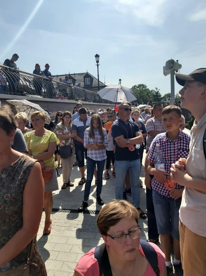 Pielgrzymi z Sieradza i Zduńskiej Woli podczas Drogi Krzyżowej na Wałach Jasnogórskich (ZDJĘCIA)