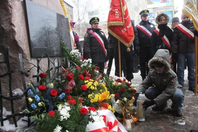 Uroczystości upamiętniające Cyganów z łódzkiego getta odbywają się przed budynkiem dawnej kuźni przy Wojska Polskiego.