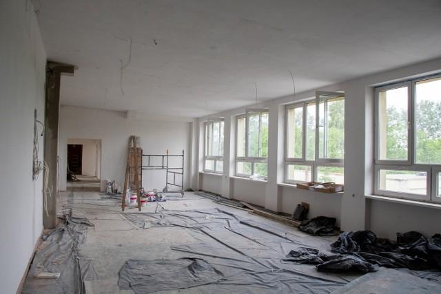 Budynek byłego Gimnazjum nr 1 przy ul. Sportowej zamieni się w przedszkole oraz żłobek Zobacz kolejne zdjęcia/plansze. Przesuwaj zdjęcia w prawo - naciśnij strzałkę lub przycisk NASTĘPNE