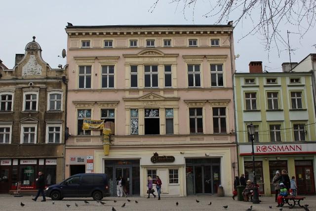 """Stary Rynek 17 - sztukateria i stolarka 42 436 złZielonogórski magistrat przeznaczył 1 090 000 zł na remonty budynków z rejestru zabytków. To dofinansowanie, bo połowę kosztów pokrywa miasto, a połowę prywatny właściciel lub wspólnota mieszkaniowa. Dotacja dotyczy 23 budynków w mieście, które otrzymają nowe dachy, elewacje lub stolarkę okienną. Zobacz, które budynki zmienią swój wygląd.Przeczytaj też:   Rosyjska gra wojenna z muzyką Anny German robi wrażenie (wideo)p style=""""font-size:24px;padding-left:10px;padding-top:5px;padding-bottom:5px;background-color:#cf4245;color:white"""">POLECAMY RÓWNIEŻTOP 20 atrakcji w Lubuskiem według portalu TripAdvisor. TOP 10 restauracji w Lubuskiem według portalu TripAdvisorNajlepsze pizzerie w Lubuskiem? Turyści z całej Polski już wybrali"""