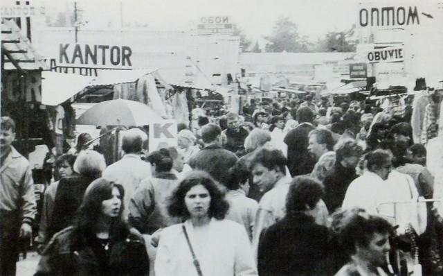 Białostocki bazar mieszczący się przy ulicy Kawaleryjskiej był jeszcze w latach 90. jednym z największych pracodawców w Polsce. To jego kondycją można było mierzyć stan naszych kontaktów ze Wschodem. Dziś, gdy galerie handlowe i wielkie sieciówki zawładnęły portfelami Polaków, klientów jest znacznie mniej.