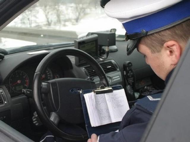 Zatrzymany przez policję mężczyzna przewoził w samochodzie dwoje dzieci.