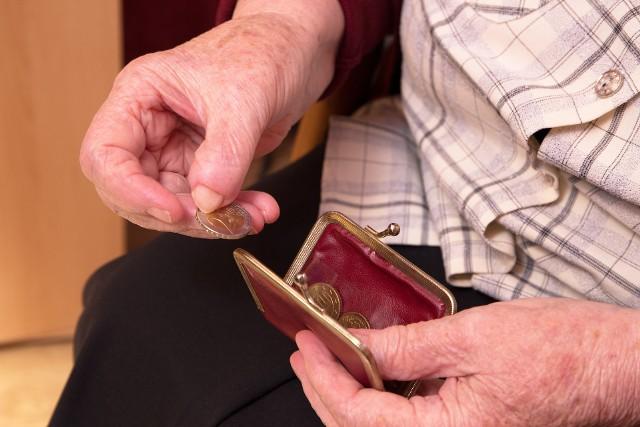 Wielu Polaków, bo ponad 40 proc. pokłada nadzieje na dobrą emeryturę tylko w składkach odprowadzanych do ZUS i KRUS. Pieniądze w banku odkłada tylko 26 proc.