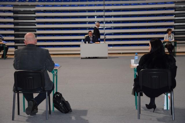 """Sesja """"koronawirusowa"""". Tyłem siedzą starosta Andrzej Kruczkiewicz  i Joanna Burska z zarządu powiat. W oddali przewodniczący rady powiatu Bogdan Wyczałkowski i Czesław Biłobran."""