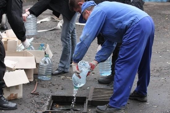 Do kanalu trafilo 600 l spirytusuPolicjanci z Nowej Soli zniszczyli ponad 600 l lewego spirytusu. Zostal wylany do miejskiej kanalizacji.