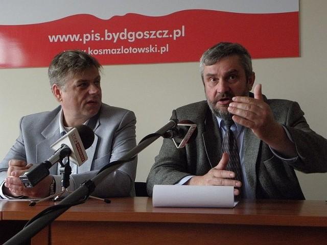 Posłowie PiS (od lewej) Kosma Złotowski i Jan Ardanowski w trakcie konferencji prasowej w Inowrocławiu
