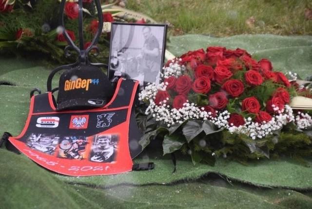 Jacek Gomólski zmarł w piątek, 2 kwietnia 2021 roku. Miał 53 lata. Był jednym z najlepszych krajowych żużlowców lat 90. Złoty medalista młodzieżowych mistrzostw Polski par klubowych oraz wicemistrz kraju juniorów. W Polonii Bydgoszcz startował w sezonach 1988, 1989 oraz 1996, 1997, 1998, zdobywając z nią m.in. 2 złota drużynowych mistrzostw Polski seniorów (1997 i 1998). Ojciec dwóch żużlowców - Adriana i Kacpra. Jacek Gomólski został pochowany w środę na cmentarzu w Ułanowie. Zobacz zdjęcia z ostatniej drogi byłego żużlowca Polonii >>>