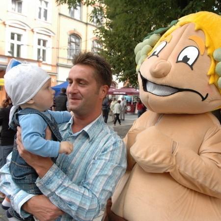 Leszek i Leszek Junior fotografują się z maskotką