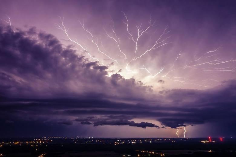 Potężna nocna burza nad powiatem włoszczowskim. Podtopienia, pożar, łamane drzewa