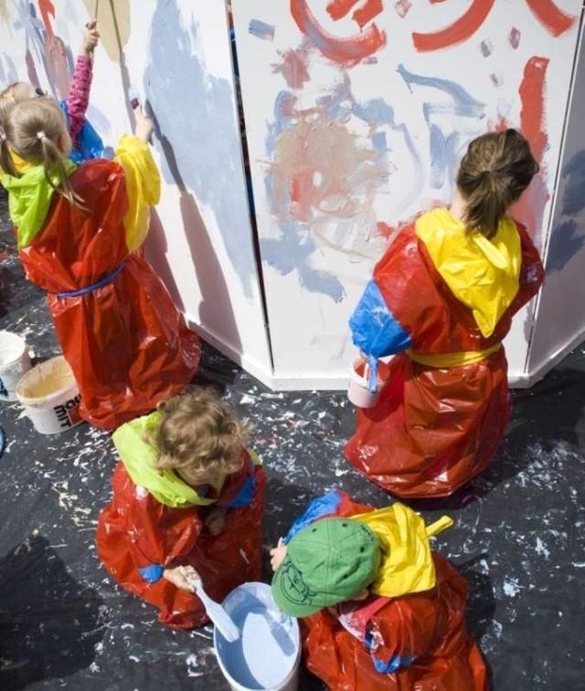 Rodzice małych malarzy nie powinni się martwić - ich pociechy oprócz farb dostaną też ochronne peleryny.