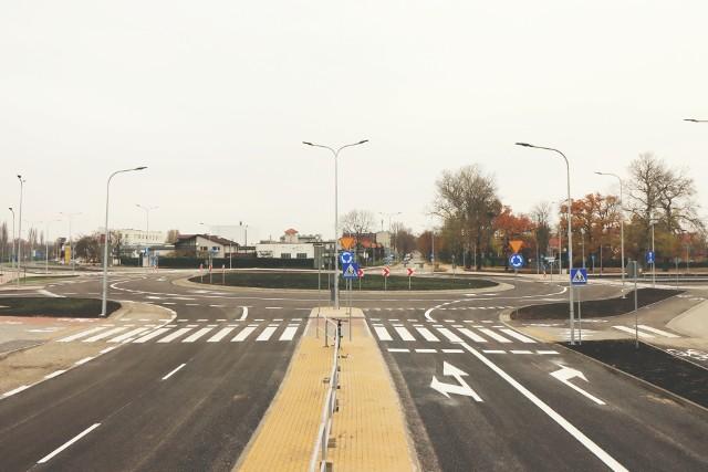 Nowe rondo turbinowe w Inowrocławiu. Choć wygląda na gotowe, to zakończenie prac nastąpi tam dopiero 20 grudnia. A wszystko przez koronawirusa