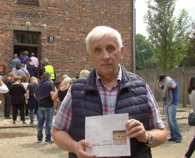 Dr Adam Cyra, historyk Centrum Badań w Muzeum Auschwitz-Birkenau przed Blokiem Śmierci