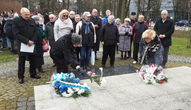 Przed pomnikiem Byliśmy - Jesteśmy - Będziemy zgromadziła się wczoraj grupa mieszkańców, w tym delegacje młodzieży. Złożono kwiaty