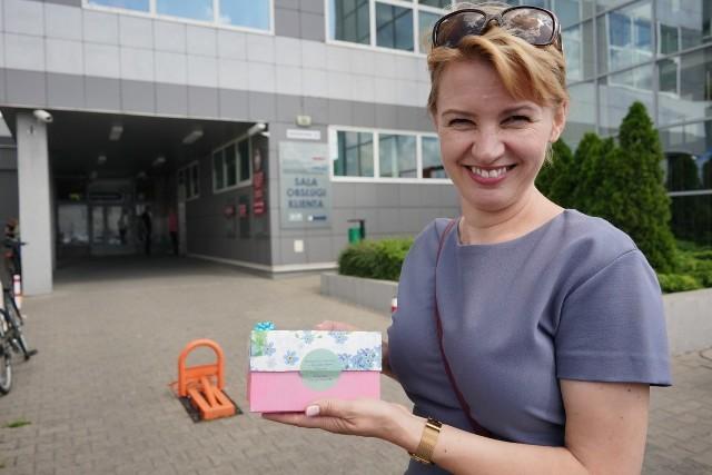 W poniedziałek była zastępczyni prezydenta Katarzyna Kierzek-Koperska pojawiła się w urzędzie miasta. Chciała podziękować pracownikom z podlegających jej wydziałów, wręczając im... pudełka wypełnione krówkami.