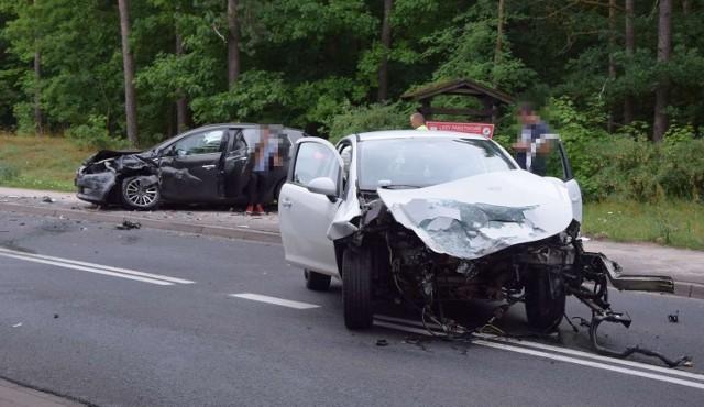 W Skokach doszło do wypadku z udziałem dwóch samochodów osobowych, które zderzyły się czołowo. Siła uderzenia była tak duża, że z jednego z samochodów wypadł silnik. Są dwie osoby poszkodowane. Przejdź do kolejnego zdjęcia --->