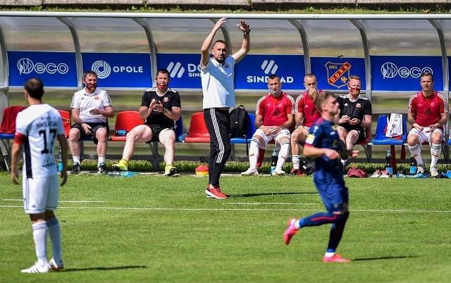Trener Zbigniew Smółka i jego piłkarze znów będą mogli zagrać przed chojnicką publicznością