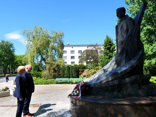 Złożenie wieńca pod pomnikiem Eugeniusza Kwiatkowskiego, współtwórcy powstania Stalowej Woli