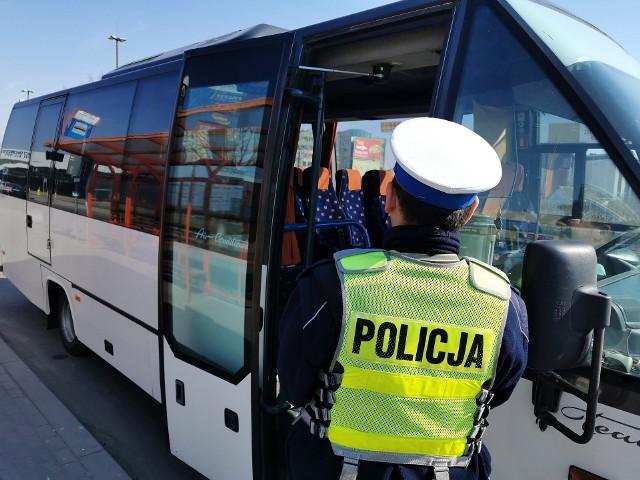 Podlaska policja i WITD kontrolują autobusy w obawie przed nadmierną ilością pasażerów. To walka z epidemią koronawirusa