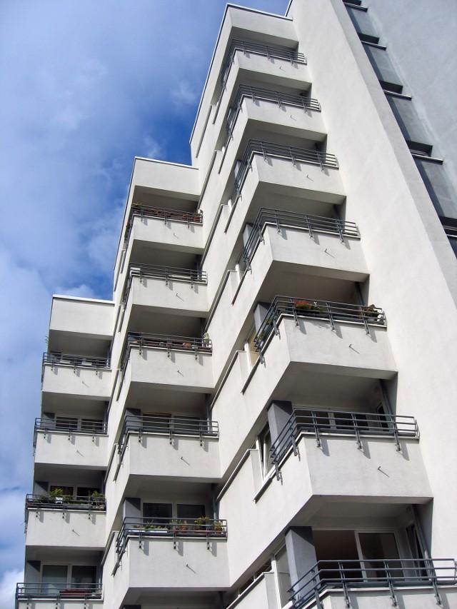 mieszkaniaDo mieszkania wartego 200 tys. zł powinniśmy doliczyć ponad 10 tys. zł dodatkowych kosztów związanych z jego kupnem.