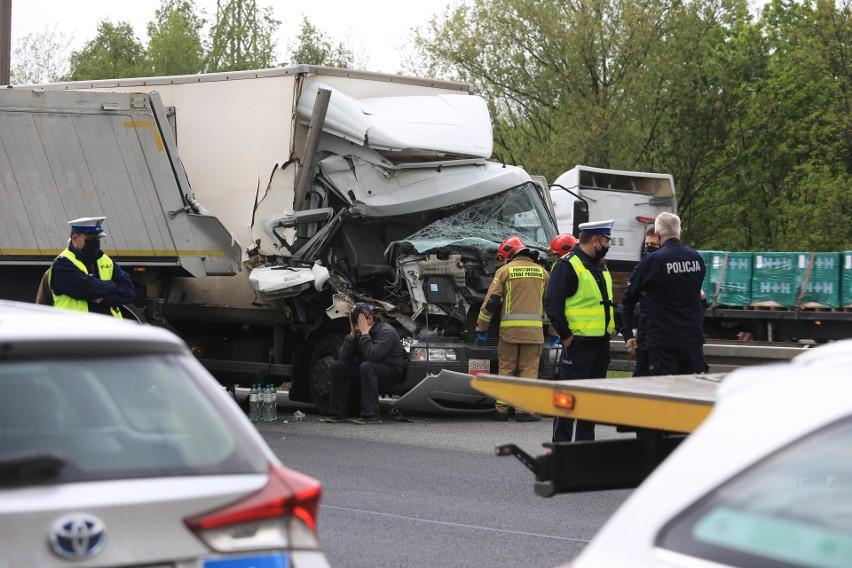 Wypadek na DK86 w Katowicach. Droga w kierunku Sosnowca jest zablokowanaZobacz kolejne zdjęcia. Przesuwaj zdjęcia w prawo - naciśnij strzałkę lub przycisk NASTĘPNE