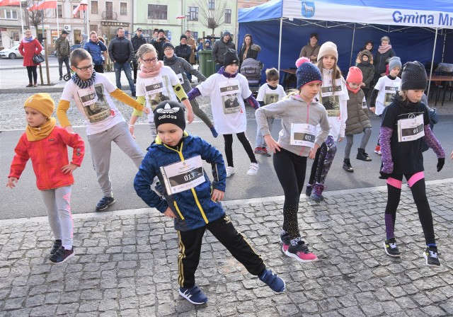 W Szubinie to kolejny taki bieg, w Mroczy -  pierwszy w  historii.  Właśnie tam zajrzeliśmy, by pokibicować biegaczom. Dzieci pobiegły na 400 m, młodzież na 800 m, a uczestnicy biegu głównego na 1963 m. - Za rok będziemy chcieli poszerzyć ofertę  także o biegi na 5 km i więcej, by przyciągnąć więcej uczestników- zapowiada Jarosław Odrobiński, przewodniczący Rady Miejskiej Mroczy, uczestnik biegu głównego. W sumie  w imprezie wzięło udział około stu biegaczy. Najmłodszą: 3,5-letnia  Milena Zielińska . Wśród dzieci wygrał Filip Majchrzak, przed Jakubem Jóźwiakiem i Kacprem Klebs. Najlepsi wśród młodzieży: Jarek Woźniak, Jakub Jurek i  Aleks Pawłowski. Jako ostatni rywalizowali na trasie uczestnicy biegu głównego. Oto wyniki:OPEN Mężczyzn:1. Kamil Hutek2. Dawid Koliński3. Szymon BłaszczyńskiOPEN Kobiet:1. Aleksandra Wiśniewska2. Patrycja Nawrot3. Iwona Zielińska