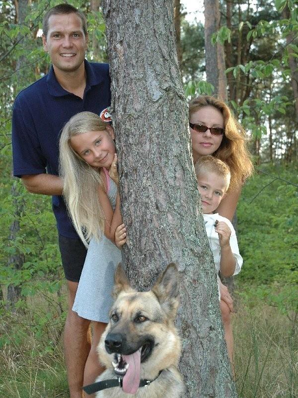 Rodzina w komplecie: Sylwia - żona, Paulina -  córka, Bubuś - syn, Sebastian Chmara i suczka  Kora.