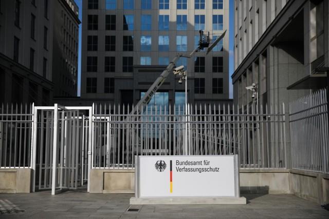 """""""Szkieletor"""" stał się siedzibą niemieckiego kontrwywiadu, przed budynkiem kręcone są sceny niemieckiego filmu"""