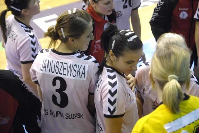 W meczu ekstraklasy pilki recznej, zawodniczki Slupi Slupsk wygraly z AZS AWF Warszawa 33:30.