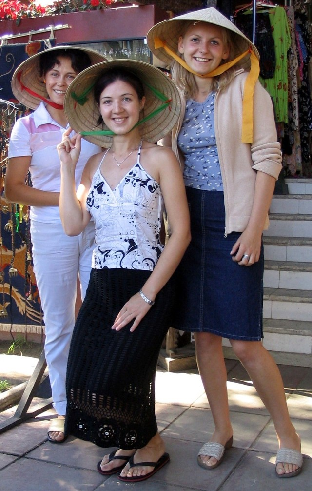 Anna Ficek (po lewej u góry) i Eliza Koraluk (z prawej u góry) nie chciały pozować do zdjęcia w chińskich kapeluszach. - Najbardziej skośne oczy ma pani - stwierdziły. - Dlatego jak pani ubierze kapelusz, to my też to zrobimy. Nie mogłam odmówić.